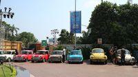 Mobil klasik ikut parade bola raksasa.