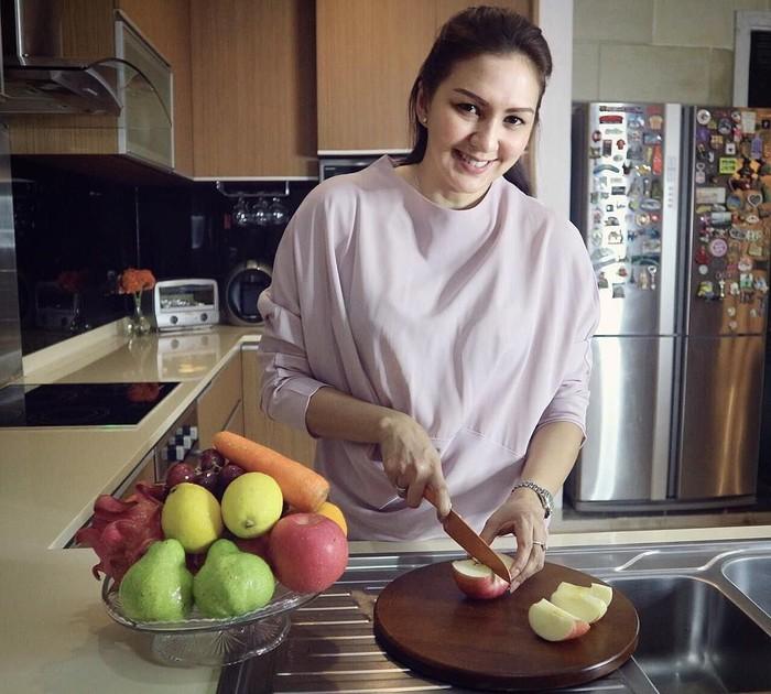 Pola konsumsi rajin makan buah Donna Agnesia terapkan di kehidupan sehari-hari. (Instagram/dagnesia)