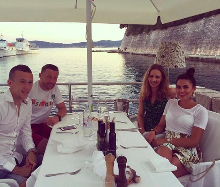 Kali ini Perisic bersama istri dan temannya bersantap di tempat makan istimewa. Pemandangannya kapal dan laut. Kira-kira apa ya menu pilihan mereka? Foto: Instagram ivanperisic444