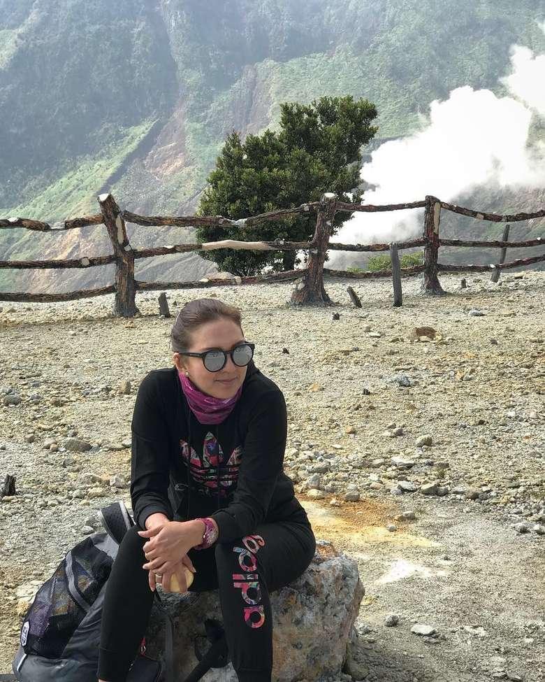 Selain sepakbola, Donna Agnesia juga gemar mendaki gunung. (Instagram/dagnesia)