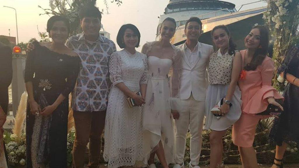 Gaya Simpel Nadine-Dimas Anggara di Hari Pernikahan