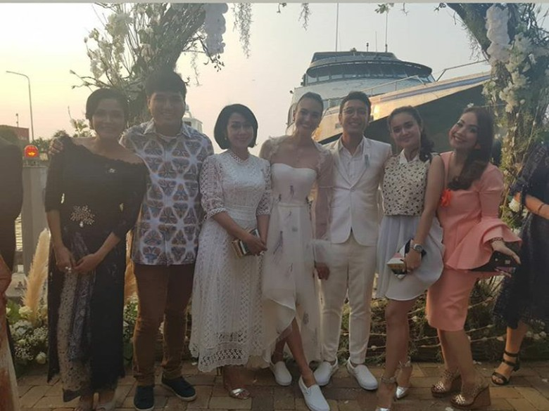 No Heels! Super Simple Tampilan Pengantin ala Nadine Chandrawinata