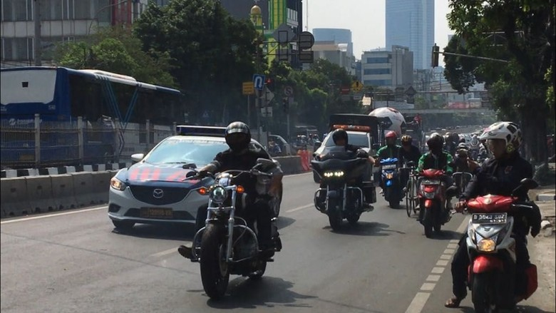 Komunitas pemilik moge Harley dari Sportster Indonesia ramaikan parade bola raksasa. Foto: Gusti Ramadhan Alhaki