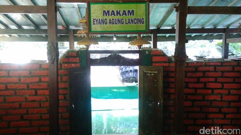 Makam Mbah Lancing merupakan kuburan keramat yang berada di Dukuh Kauman, Desa Mirit, Kecamatan Mirit, Kebumen, Jawa Tengah. (Rinto Heksantoro/detikTravel)