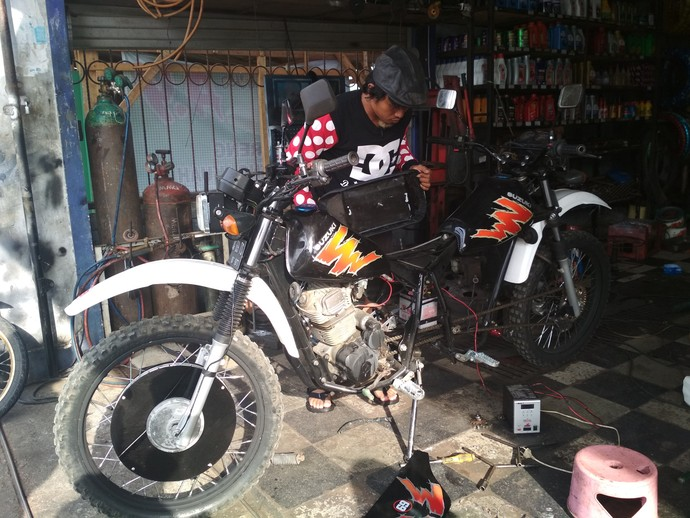 Modifikator sepeda motor bermuka dua ini adalah Mohammad Arif Fahrudin, warga Desa Sambidoplang, Kecamatan Sumbergempol, Tulungagung. Pemilik bengkel Chardo Motor ini mengaku kendaraan modifikasinya tersebut dirakit dalam kurun waktu satu minggu. Foto: Adhar Muttaqin