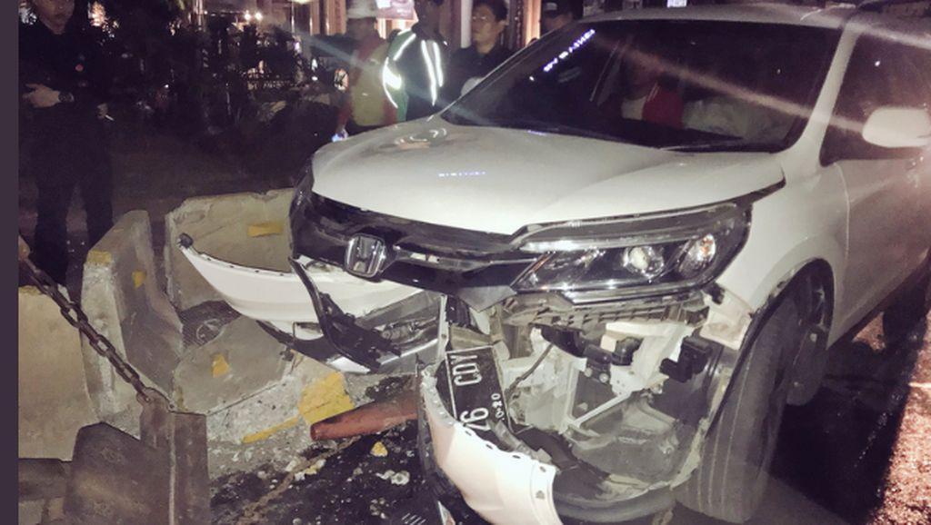 Ada Mobil Tabrak Pembatas Jalan di Jl Sudirman arah Semanggi