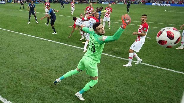 Keberuntungan Prancis datang saat Mario Mandzukic mencetak gol bunuh diri.