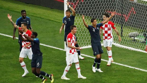 Para pemain Prancis mengangkat tangan tanda ada handball yang dilakukan Perisic.