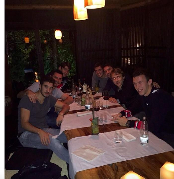Menuliskan lokasi Finger's Restaurant, Perisic sedang hangout bersama teman-temannya. Nampak ada segelas minuman es segar di hadapan Perisic.Foto: Instagram ivanperisic444
