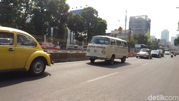 Mobil klasik iringi bola raksasa Transmedia.