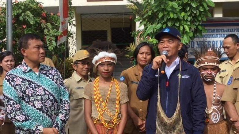 Hari Pertama Masuk Sekolah, Mendikbud Kunjungi SD Kembar di Papua