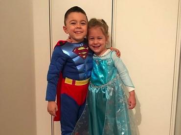 Wah, ada Superman dan Elsa cilik nih, Bun. Ada yang mau kenalan? He-he-he. (Foto: Instagram/ @joop8)