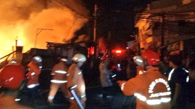 Gudang Material Terbakar di Jakut, 16 Unit Damkar Dikerahkan
