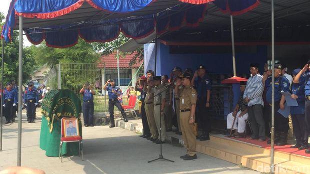 Gubernur DKI Anies Baswedan memimpin upacara pelepasan jenazah Haerudin (51), petugas pemadam kebakaran yang gugur saat bertugas.