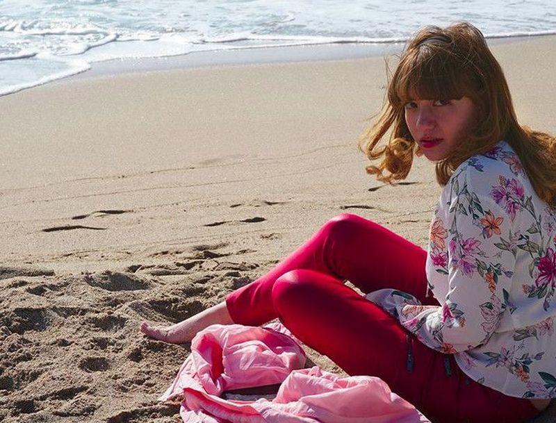 Cassandra Lee menikmati keindahan pantai di Tarragona, Spanyol (cassandraslee/Instagram)