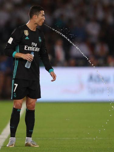 Cristiano Ronaldo juga pernah menyemburkan air minumnya. Perilaku ini disebut-sebut berkaitan dengan carb rinsing, yakni merangsang otak untuk bereaksi terhadap karbohidrat.
