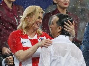 Basah Kuyup Presiden Kroasia Semangati Pemainnya