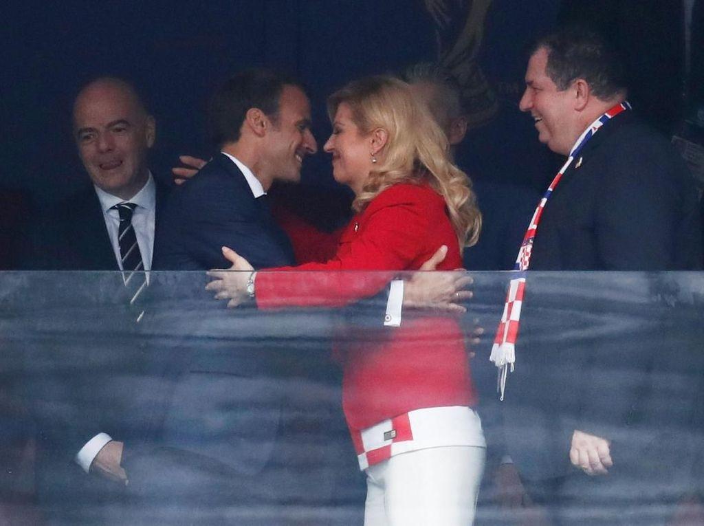 Gaya Presiden Prancis-Kroasia! Berpelukan dan Hujan-hujanan