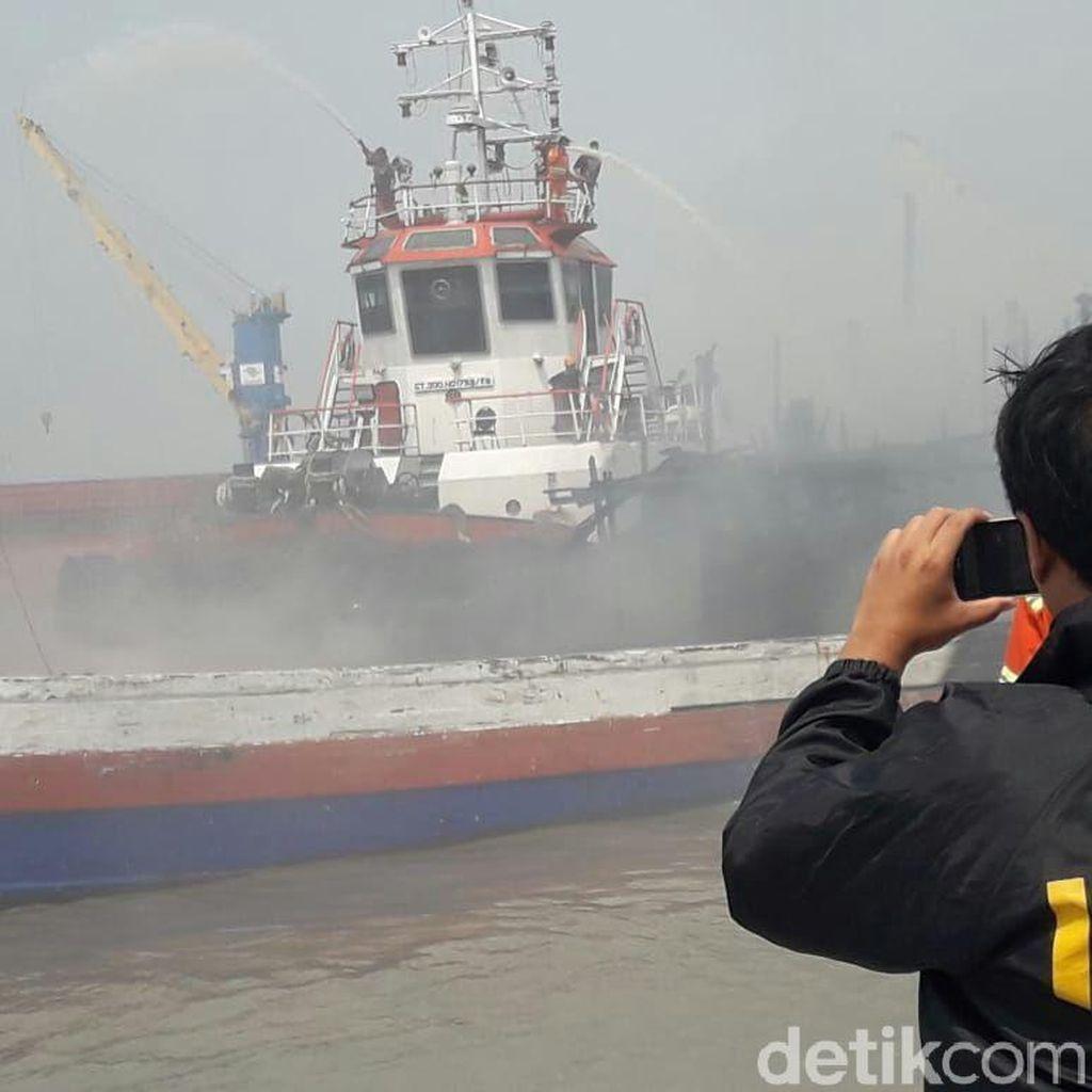 Kapal yang Terbakar di Pelabuhan Gresik KLM Sinar Timur