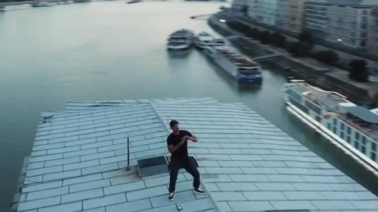 Foto: Will Smith melakukan In My Feelings challenge di jembatan Budapest (willsmith/Instagram)