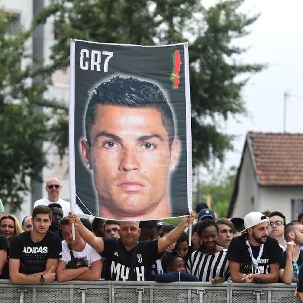 Kedatangan Ronaldo Benar-benar Didemo...oleh Lima Orang Saja