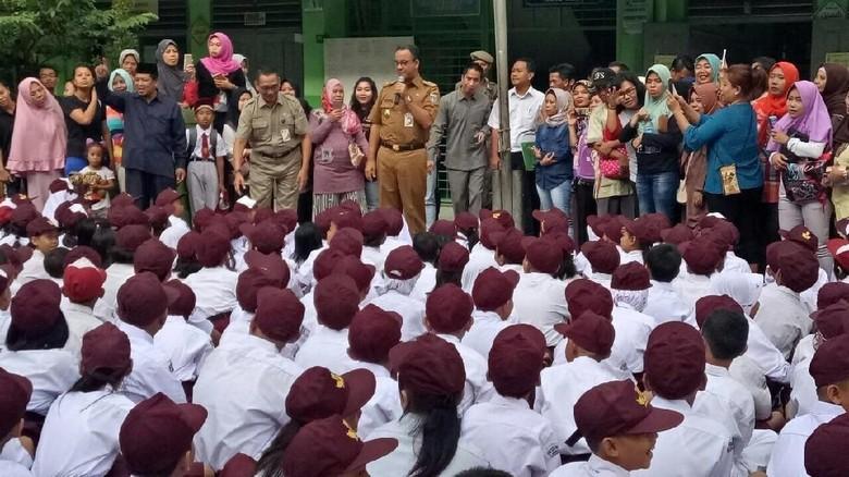 Anies Tinjau Hari Pertama Sekolah di SDN Kampung Melayu