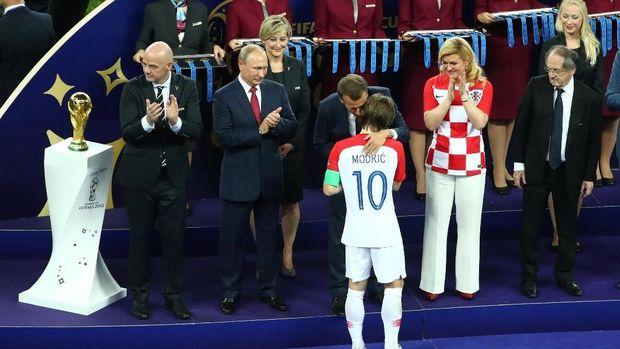 Presiden Putin menghadiri penyerahan medali di final Piala Dunia 2018 (Reuters)
