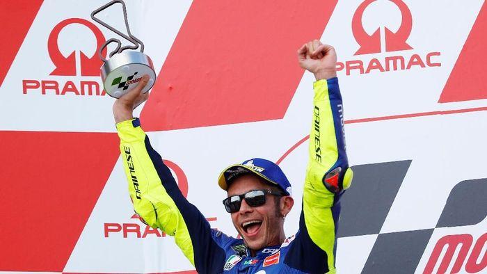 Valentino Rossi naik podium di MotoGP Jerman setelah finis di posisi kedua (Foto: Fabrizio Bensch/Reuters)