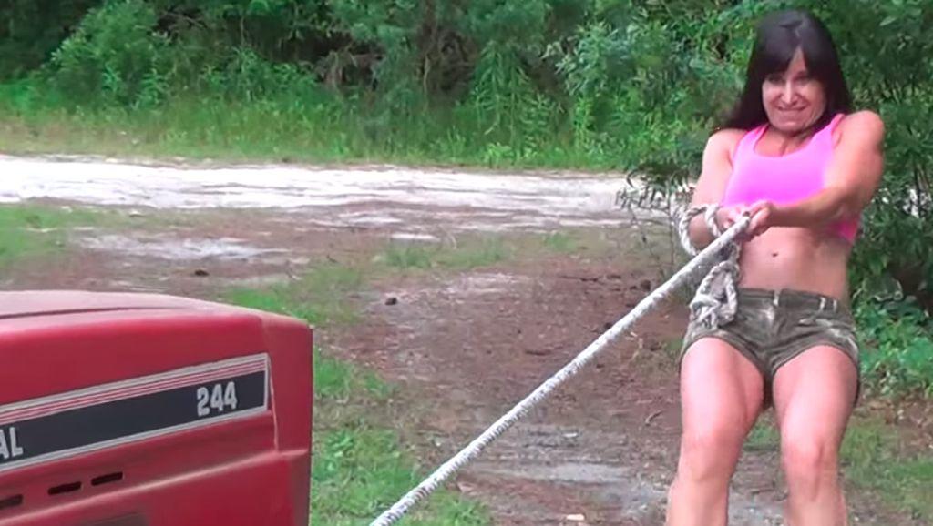 Olahraga Pakai Traktor dan Gergaji, Petani Ini Tetap Seksi di Usia 51