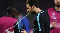 Kenapa Pemain Bola Memuntahkan Lagi Air yang Diminum? Ini Penjelasannya