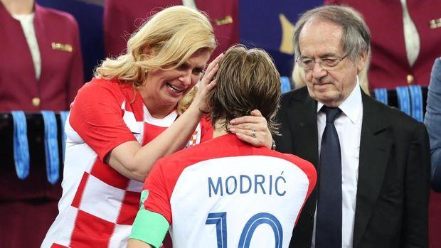 Luka Modric yang merebut penghargaan Pemain Terbaik mendapat selamat dari Presiden Kroasia.
