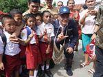 Senyum Anak SD Papua Berebut Foto dengan Mendikbud