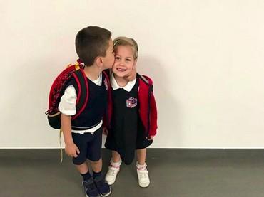 Rukunnya Kakak Leo dan Adik Manu saat akan berangkat sekolah. Bikin gemas! (Foto: Instagram/ @joop8)