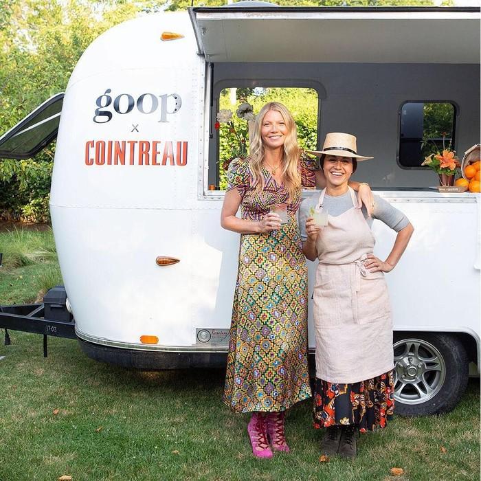 Gwyneth Paltrow kini aktif mengelola situs gaya hidup sehat miliknya, Goop. Ini pose Paltrow dan Chef Camille Becerra yang menyajikan taco ikan dan margarita di truk mereka. Foto: Instagram gwynethpaltrow
