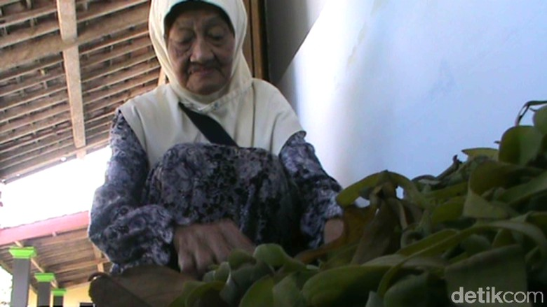 Kata Cucu, Nenek Penjual Bunga Kenanga Tak Pernah Absen Dua Salat Ini