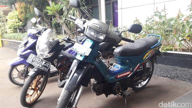 Barang bukti sepeda motor yang dipakai pelaku untuk konvoi