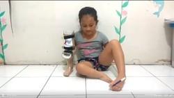 Menulis dengan Kaki, Bocah Tanpa Lengan Ini Bikin Netizen Meleleh Hatinya