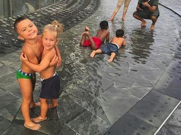 Happy banget nih yang lagi main air. Hati-hati kedinginan ya, Nak. (Foto: Instagram/ @joop8)