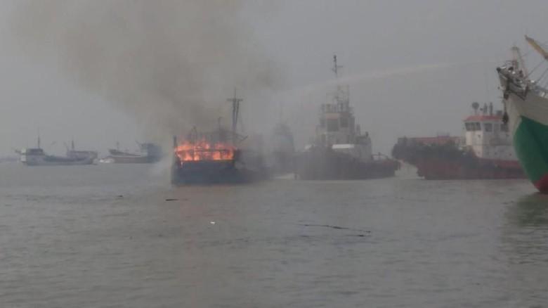 Kapal Pengangkut Barang Pecah Belah Terbakar di Pelabuhan Gresik