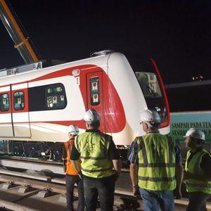 Seluruh Rangkaian Kereta LRT Jakarta Sudah Mendarat di Atas Rel