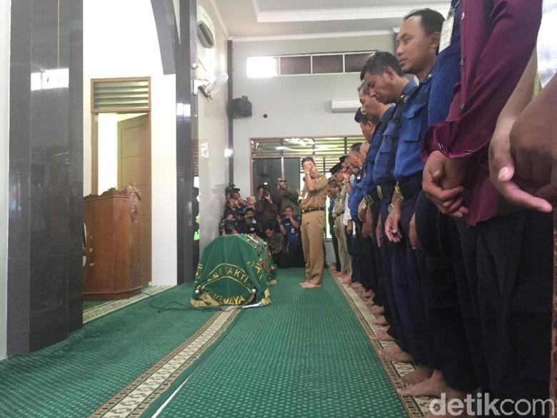 Anies Imami Salat Jenazah Petugas Damkar yang Gugur Saat Tugas