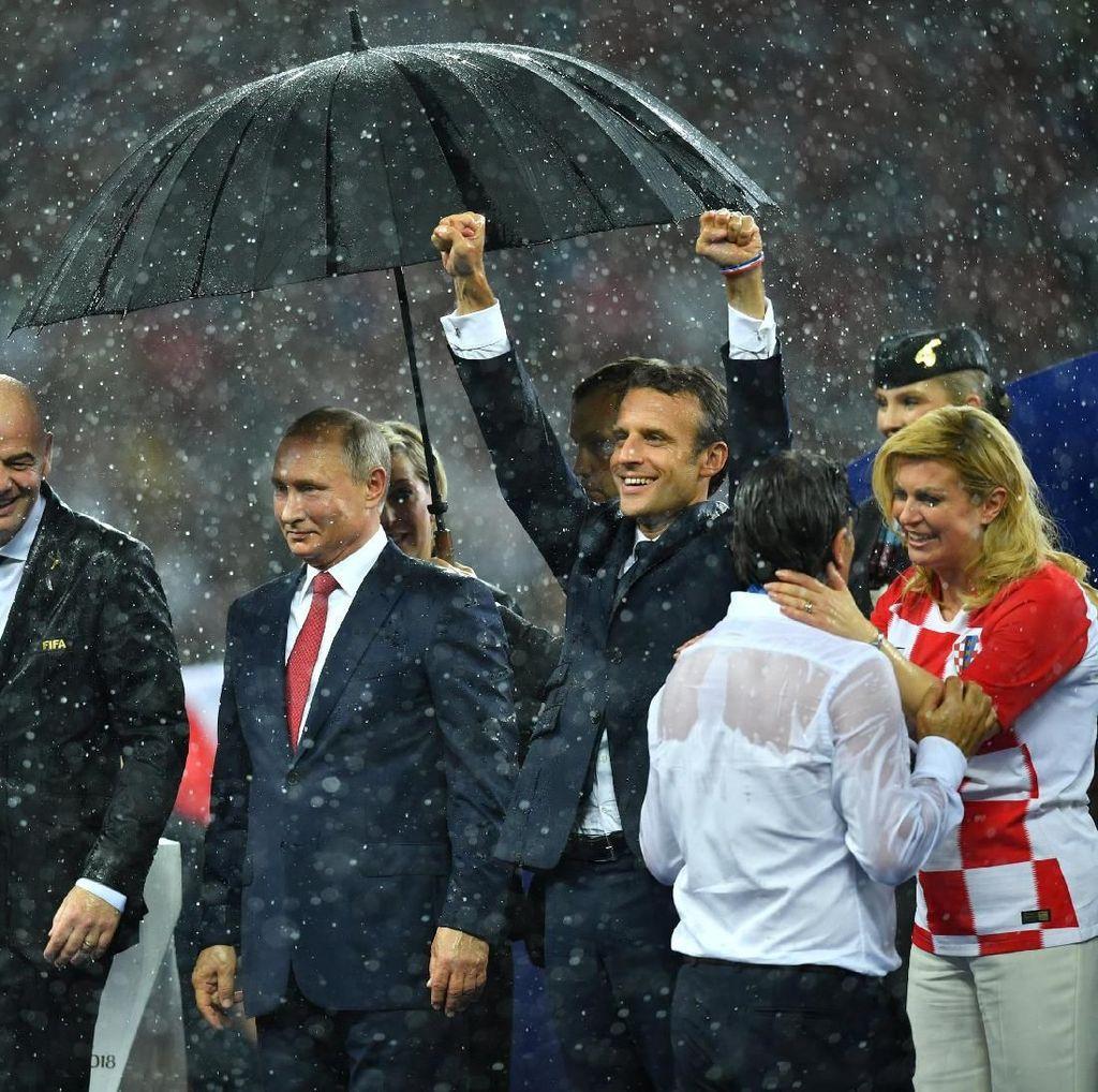 Momen Putin Dipayungi Saat Presiden Kroasia-Prancis Kehujanan