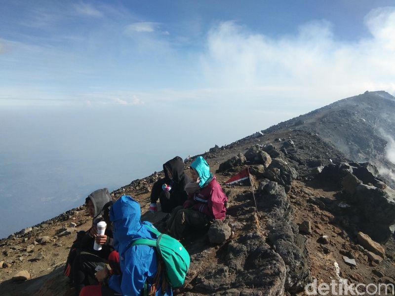 Inilah cerita pendakian Gunung Slamet, gunung tertinggi kedua di Pulau Jawa. Pendakian dimulai dari Jalur Guci (Muhammad Idris/detikTravel)