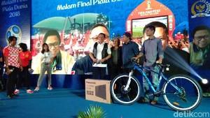 Saat Fahri Hamzah Tiru Gaya Jokowi Bagi-bagi Sepeda