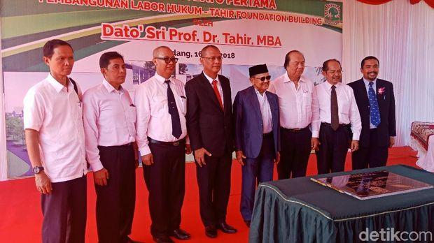 Bos Mayapada Dato Sri Tahir, Presiden ke-3 RI BJ Habibie, dan rektorat Unand di acara peletakan batu pertama laboratorium hukum