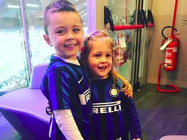 Karena Ivan bergabung dengan klub Inter Milan, otomatis si kecil juga jadi pendukung cilik il Nerrazurri. (Foto: Instagram/ @joop8)