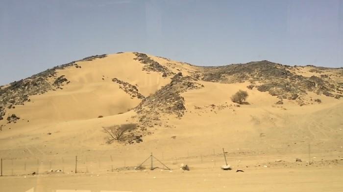 Negeri timur tengah terkenal dengan hamparan padang pasir, seperti di Arab Saudi. Kita dapat melihat pemandangan indah padang pasir, bukit-bukit pasir yang berbatu sepanjang jalanan Madinah-Makkah.