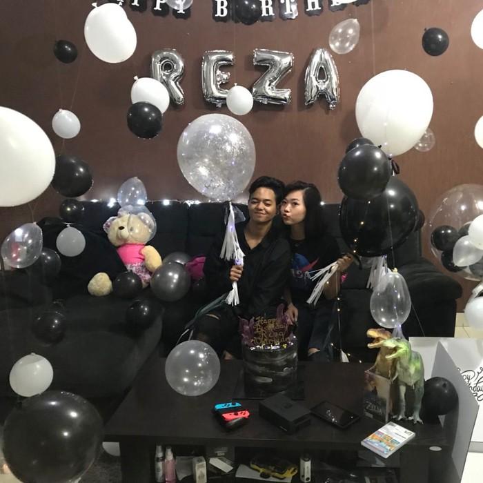 Content Creator berusia 27 tahun ini, rayakan ulang tahun bersama sang kekasih dengan kue dan balon serba hitam putih. Foto: Instagram @rapyourbae