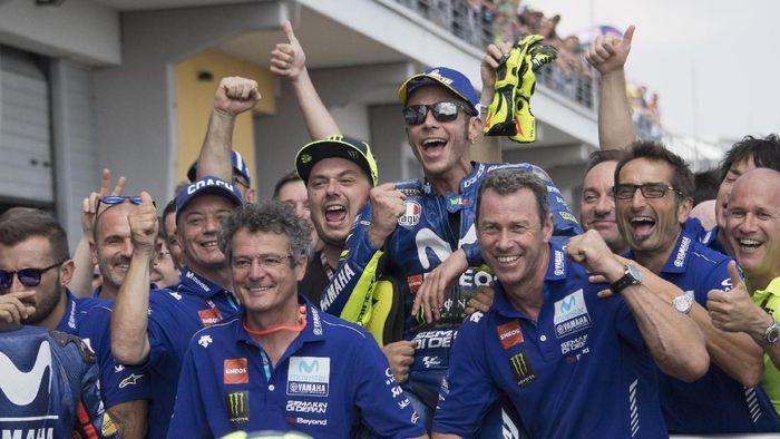Valentino Rossi merayakan podium kedua yang ia raih di MotoGP Jerman (Foto: Mirco Lazzari gp/Getty Images)