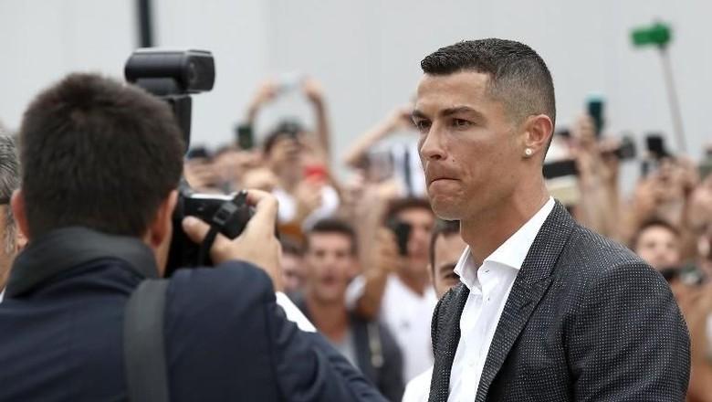 Ronaldo saat tes medis di Juventus. Foto: Isabella Bonotto/AFP